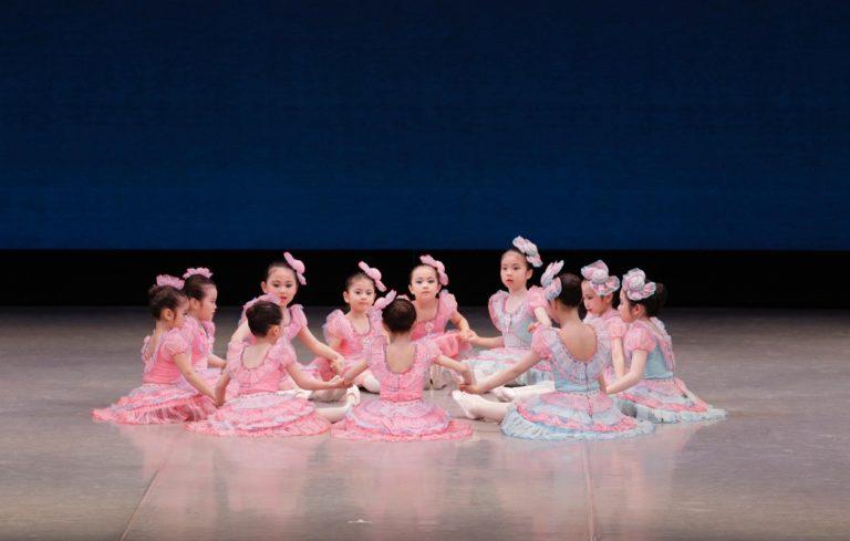 バレエの舞台で踊る子どもたち