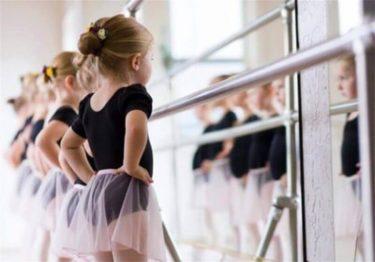 小さな子どものバレエレッスン
